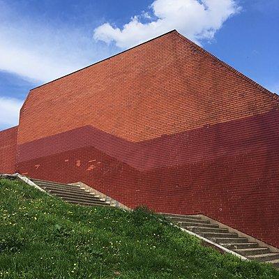 Stufen vor einer bemalten Ziegelmauer - p1401m2269895 von Jens Goldbeck