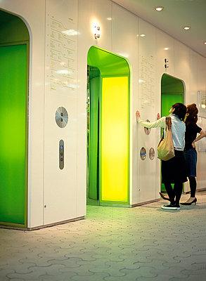Zwei Mädchen warten auf den Aufzug - p2680451 von Christof Mattes