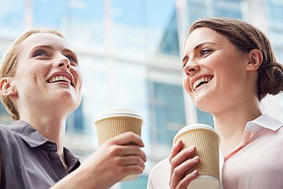 Business women having coffee break, London, UK - p429m1408092 by Emma Kim
