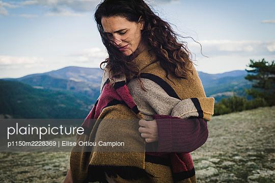 Frankreich, Schwangere Frau im Gebirge - p1150m2228369 von Elise Ortiou Campion