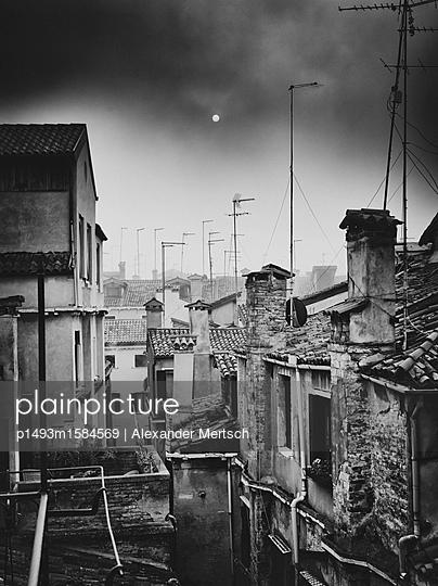 Über den Dächern Venedigs bei Nebel - p1493m1584569 von Alexander Mertsch