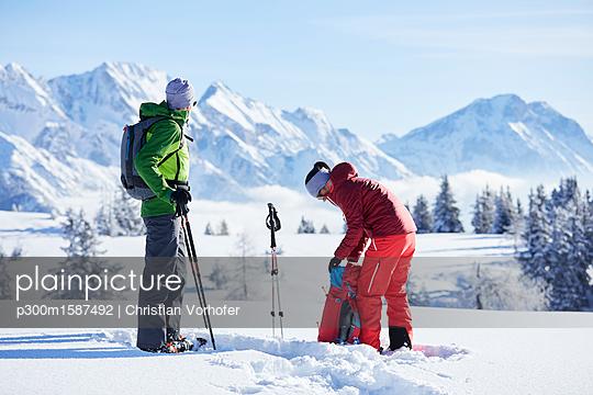 Austria, Tyrol, snowshoe hikers - p300m1587492 von Christian Vorhofer