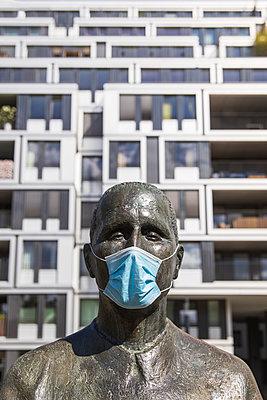 Deutschland, Berlin, Bertolt Brecht Skulptur mit Maske - p1338m2237796 von Birgit Kaulfuss