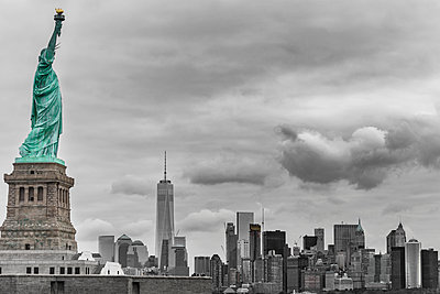 New York Syline - p1280m2008546 by Dave Wall
