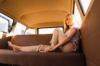 Portrait of young woman sitting in a van - p300m2024081 von Kike Arnaiz
