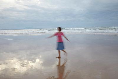 Dancing woman - p464m883113 by Elektrons 08