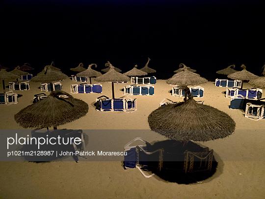 Strandschirme bei Nacht - p1021m2128987 von MORA