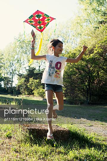Mädchen mit Drachen - p1116m1216984 von Ilka Kramer