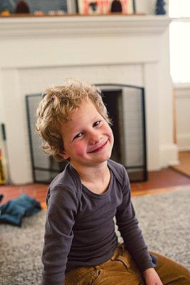 Freundlicher kleiner Junge - p1361m1332378 von Suzanne Gipson