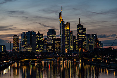 Skyline von Frankfurt - p227m1191147 von Uwe Nölke