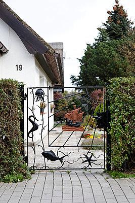 Maritime Gartenpforte - p238m898965 von Anja Bäcker