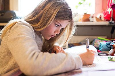 Mädchen Daheim - p608m1332386 von Jens Nieth