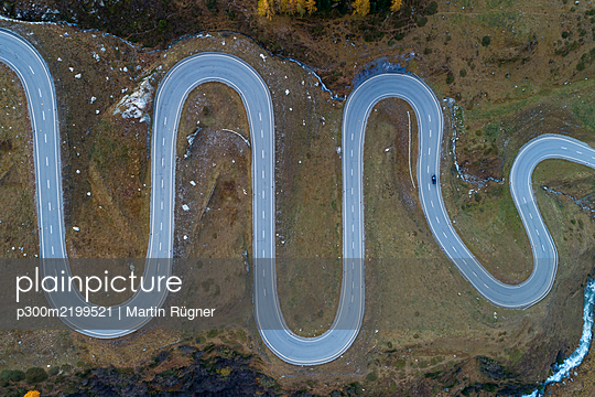 Switzerland, Canton of Grisons, Drone view of Julier Pass in autumn - p300m2199521 by Martin Rügner