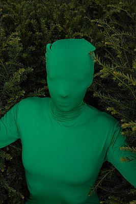 Frau im grünen Ganzköperanzug - p045m2020818 von Jasmin Sander