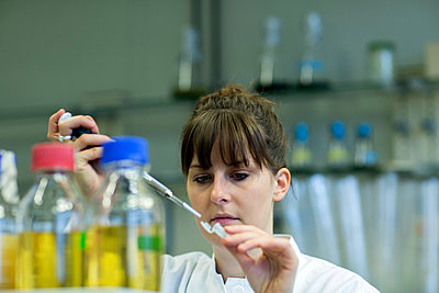 Young female natural scientist working at  labroratory - p300m978205f by Sigrid Gombert