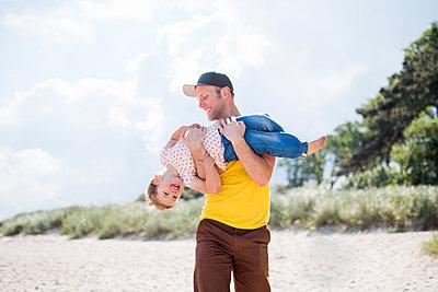 Familienausflug an den Strand - p796m1207468 von Andrea Gottowik
