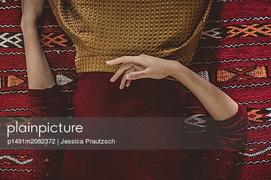 Anonyme Frau liegt auf dem Rücken - p1491m2082372 von Jessica Prautzsch