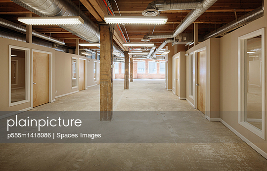 plainpicture | Photo library for authentic images - plainpicture p555m1418986 - Empty office space - plainpicture/Blend Images/Spaces Images