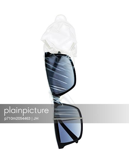 Sonnenbrille und Kondom - p710m2054463 von JH