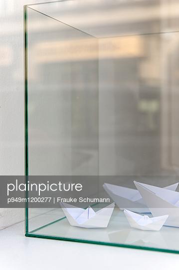 Papierschiffchen - p949m1200277 von Frauke Schumann