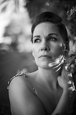 Portrait of a woman in black and white - p310m2289411 by Astrid Doerenbruch