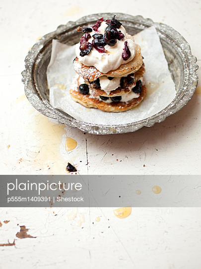 Stack of cookies with fruit and cream - p555m1409391 by Shestock