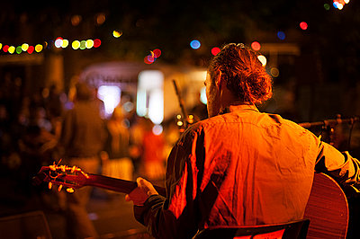 Man at night playing guitare - p1007m854263 by Tilby Vattard