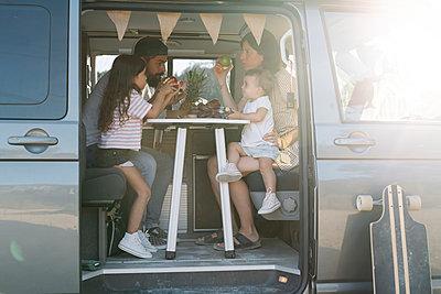 Family eating inside van at park - p300m2214086 by COROIMAGE
