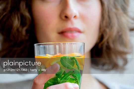 Junge Frau mit Getränk - p1212m1217363 von harry + lidy