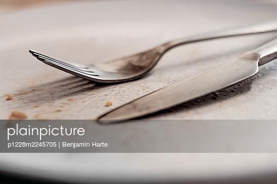 Empty plate - p1228m2245705 by Benjamin Harte