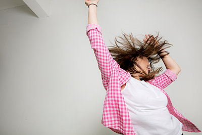 Eine junge Frau feiert  - p1212m1526027 von harry + lidy