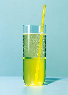 Sekt Mix Drink mit Strohhalm, Longdrink, Cocktail, Getränk - p1316m1161145 von Robert Striegl