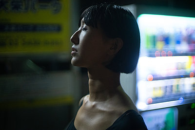Porträt eines asiatischen Teenagers bei Nacht - p1321m2223378 von Gordon Spooner