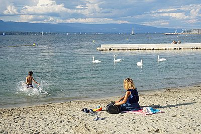 a woman and her little boy by Geneva's lake - p1610m2208685 by myriam tirler