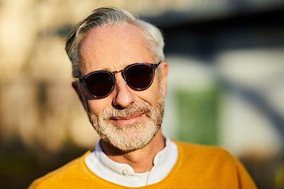 Portrait of mature man wearing sunglasses outdoors - p300m2166459 von Jo Kirchherr