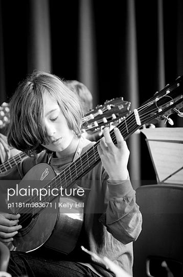 Gitarre spielen - p1181m983671 von Kelly Hill