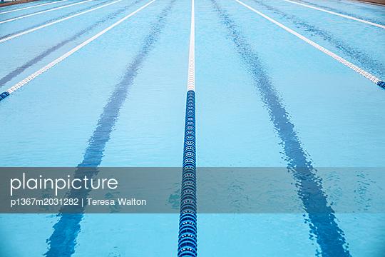 Bahnen im Schwimmbad - p1367m2031282 von Teresa Walton