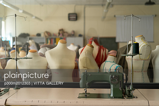 Dressmaker's models and sewing machine in fashion designer's studio - p300m2012303 von VITTA GALLERY