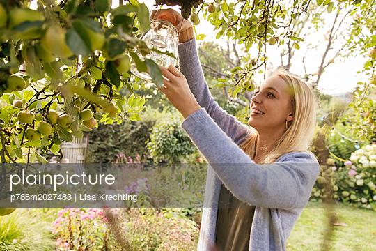 Dekorieren im Garten - p788m2027483 von Lisa Krechting