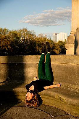 Junge Frau in der Abendsonne auf der Monbijoubrücke - kopfüber - p1212m1137049 von harry + lidy