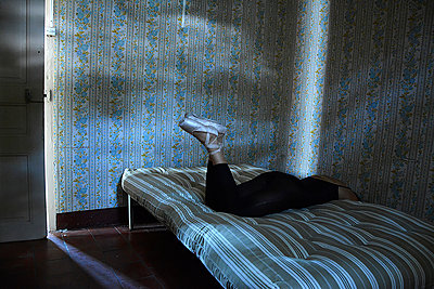 Ballerina lying on bed - p1521m2064666 by Charlotte Zobel