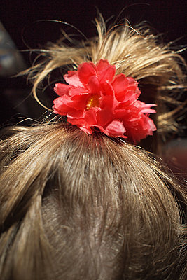 Child with flower in hairs - p927m1496370 by Florence Delahaye
