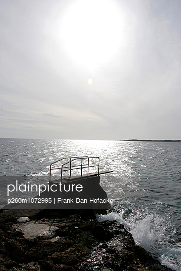 Sprungbrett ins Meer, Mallorca - p260m1072995 von Frank Dan Hofacker
