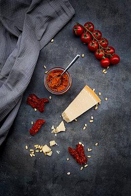 Glass of tomato pesto and ingredients - p300m2081113 by Larissa Veronesi