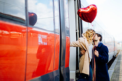 Couple kissing beside train, Firenze, Toscana, Italy - p429m2075455 by Sofie Delauw
