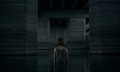 Caucasian woman standing waist deep in water - p555m1473006 by Dmitriy Bilous