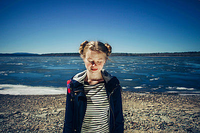 Caucasian teenage girl standing on sunny beach - p555m1531607 by Vladimir Serov