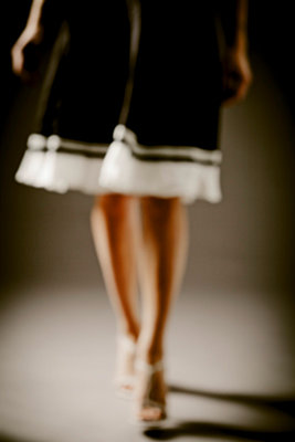 Blurred woman legs walking towards the camera - p968m658852 by Roberto Pastrovicchio