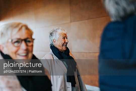 Happy senior woman looking away - p312m2237274 by Plattform