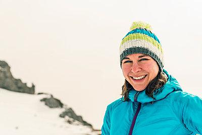 Portrait einer jungen Frau in den Bergen - p081m1137246 von Alexander Keller